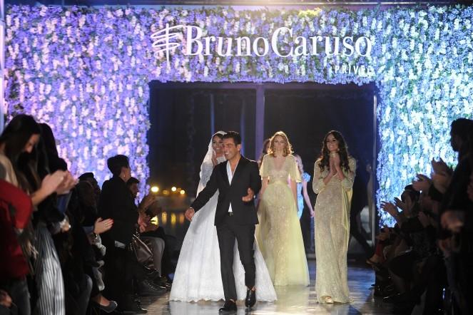 Bruno Caruso in passerella con le sue modelle al defilee 2016